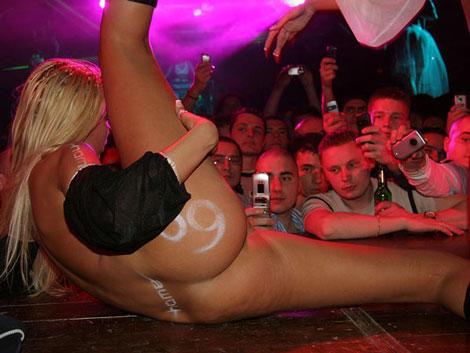 Голые в баре клубе, качок трахает пышную брюнетку